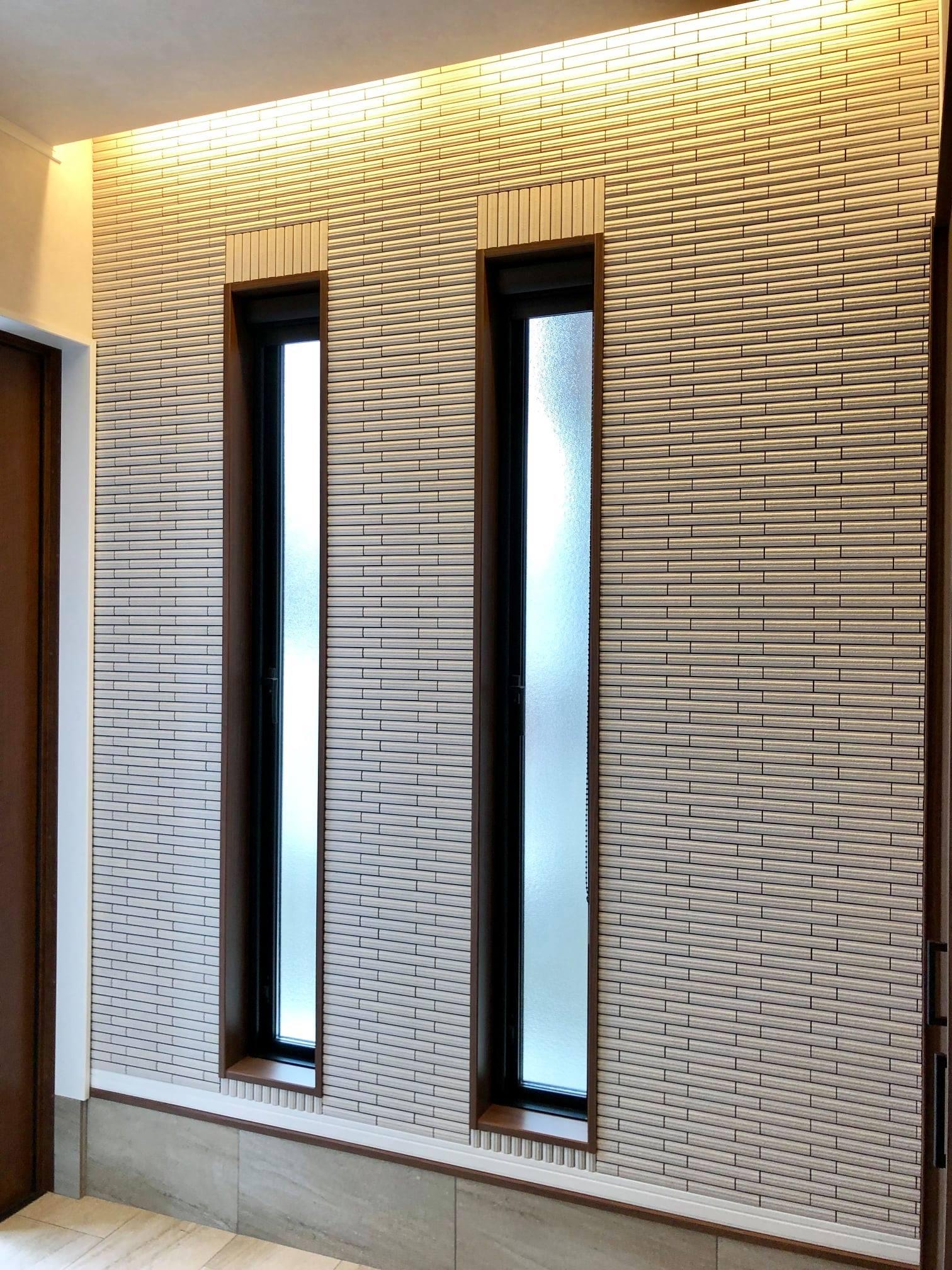玄関土間横の壁にタイルを採用